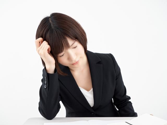 白背景で頭痛に悩む女性OL