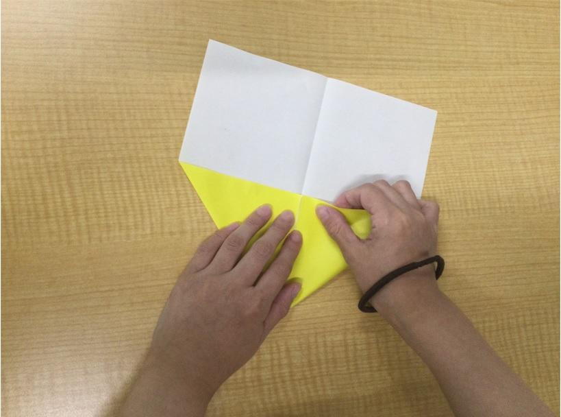 3@黄色い紙飛行機を折る写真藤沢第2センター