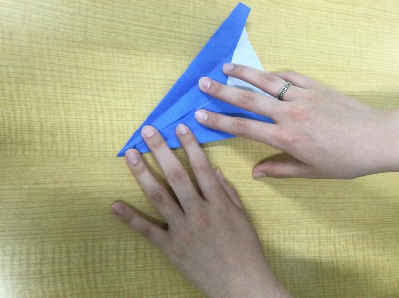 4@青い紙飛行機折る写真藤沢第2センター